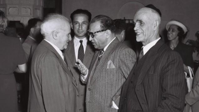 L'allora primo ministro israeliano, David Ben-Gurion (il primo da sinistra), parla con Reza Safinia, ministro iraniano plenipotenziario in una festa a Gerusalemme il 1° giugno 1950 (foto Teddy Brauner/Gpo)