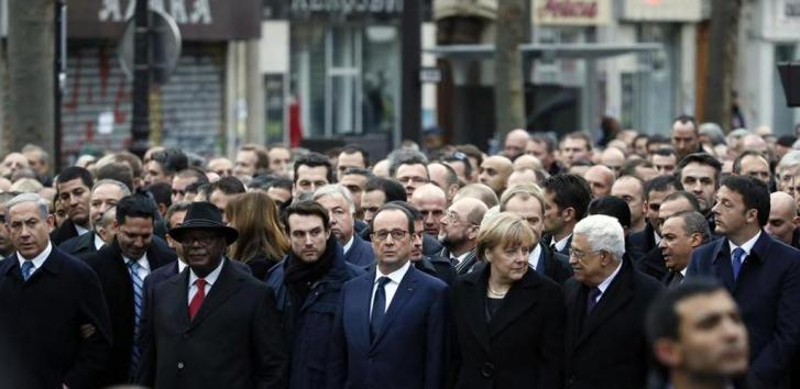 La prima fila della marci di domenica a Parigi. Da sinistra: Benjamin Netanyahu (primo ministro d'Israele), Ibrahim Boubakar Keita (presidente del Mali), François Hollande (presidente della Francia), Angela Merkel (cancelliera tedesca), Donald Tusk (presidente del Consiglio Ue), Mahmoud Abbas (presidente dell'Autorità nazionale palestinese) e il nostro presidente del Consiglio Matteo Renzi (foto di Patrick Kovarik / Afp)