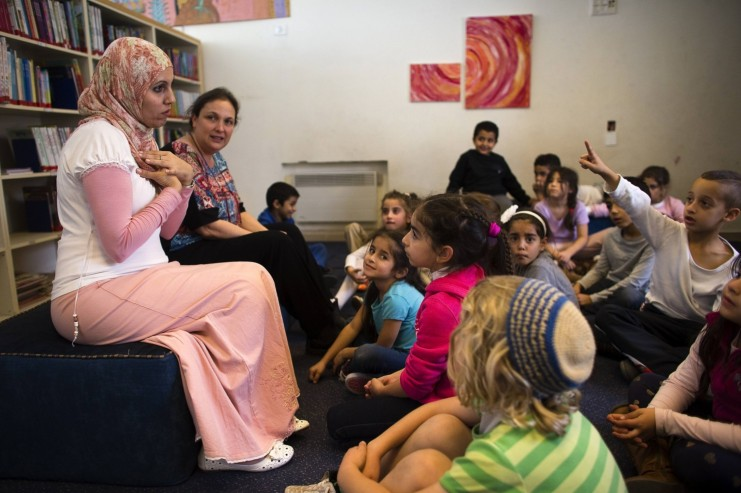 """Alia Tunisi (a sinistra) e Sharon Suval sono insegnanti alle elementari della scuola """"Mano nella mano"""" di Gerusalemme (foto di Ronen Zvulun/Reuters)"""