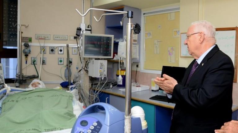 Il presidente d'Israele Reuven Rivlin visita in ospedale Ahmed Dawabsha, papà di Ali (foto di Mark Neyman/GPO)